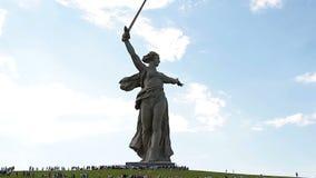 Масса навещает посетители мемориального сложного Mamaev Kurgan на годовщине победы в большой Второй Мировой Войне видеоматериал