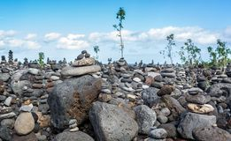 Масса чувствительно сбалансированного человека сделала стога или кучи камней стоковое изображение