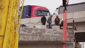 Массивная зона конструкции, работники идет, конкретный луч двинута кранами сток-видео