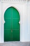 Массивнейшая деревянная зеленая дверь Стоковые Фотографии RF