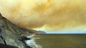 Массивнейшие шлейфы дыма над PCH-1, CA Стоковые Изображения RF