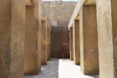 Массивные штендеры в виске долины Khafre на Гизе, Египте стоковые фотографии rf