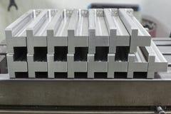 Массив нержавеющей стали изготовления на стальной таблице Стоковые Фотографии RF