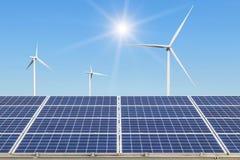 Массив строк поликристаллических панелей солнечных батарей и ветротурбин кремния производя электричество в гибридной станции сист стоковые изображения rf