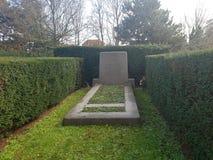Массовое захоронение для жертв взрывать район Bezuidenhout в Гааге в 1945, где жилой район вместо плана старта V2 стоковое изображение