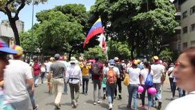 Массовое ралли оппозиции в Каракасе против правительства диктатуры Nicolas Maduro сток-видео