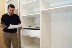 Мастерская инструкция чтения шкафа установки стоковое изображение rf