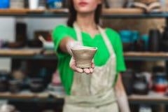 Мастерская концепция класса Запачканная дама в ее случайной зеленой футболке w стоковые фотографии rf