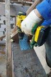 Мастерская отвертка отвертки в деревянную доску стоковые изображения rf