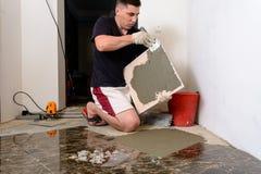 Мастерская плитка мажет решение mucilage на мраморной плитке Стоковая Фотография
