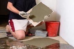 Мастерская плитка мажет решение mucilage на мраморной плитке Стоковые Фотографии RF