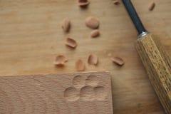 мастерская работа рук ` s с деревянной поверхностью, профессионал делает деревянные ремесла стоковые фото