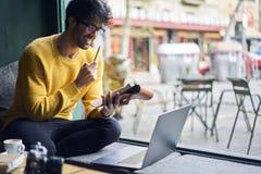 Мастерская сети молодого красивого мужского блоггера наблюдая стоковое фото rf