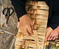 Мастерская циновки койра азиатской работы людей внутренняя стоковая фотография rf