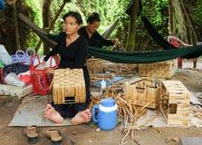 Мастерская циновки койра азиатской работы людей внутренняя стоковое фото