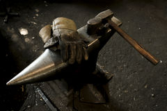 Мастерская ` s кузнеца Работая инструменты металла в кузнице Конец-вверх s Стоковое Фото