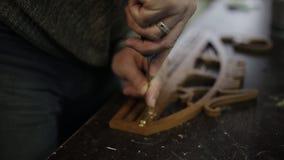 Мастерская ` s плотника производит держатель для медалей видеоматериал