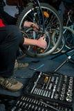 Мастерские ремонты велосипеда в мастерской Стоковая Фотография