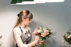 Мастерский класс на делать букеты Букет лета Учащ аранжировать цветка, делая красивые букеты с вашими  стоковое изображение