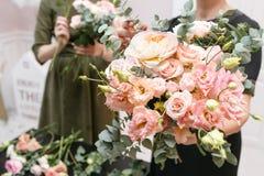 Мастерский класс на делать букеты весна иллюстрации букета предпосылки декоративная Учащ аранжировать цветка, делая красивые буке Стоковое Изображение RF