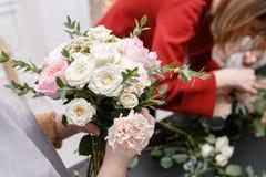 Мастерский класс на делать букеты весна иллюстрации букета предпосылки декоративная Учащ аранжировать цветка, делая красивые буке Стоковые Изображения RF