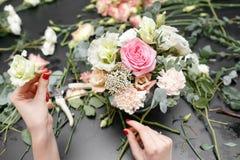 Мастерский класс на делать букеты весна иллюстрации букета предпосылки декоративная Учащ аранжировать цветка, делая красивые буке стоковая фотография rf
