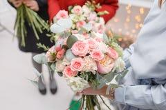 Мастерский класс на делать букеты весна иллюстрации букета предпосылки декоративная Учащ аранжировать цветка, делая красивые буке Стоковая Фотография