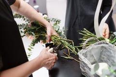 Мастерский класс на делать букеты весна иллюстрации букета предпосылки декоративная Учащ аранжировать цветка, делая красивые буке Стоковые Фото