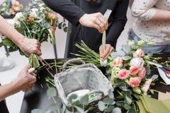 Мастерский класс на делать букеты весна иллюстрации букета предпосылки декоративная Учащ аранжировать цветка, делая красивые буке Стоковое Фото