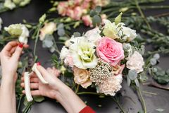 Мастерский класс на делать букеты весна иллюстрации букета предпосылки декоративная Учащ аранжировать цветка, делая красивые буке Стоковые Изображения
