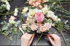 Мастерский класс на делать букеты весна иллюстрации букета предпосылки декоративная Учащ аранжировать цветка, делая красивые буке Стоковое Изображение