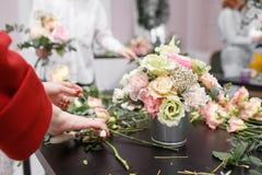 Мастерский класс на делать букеты весна иллюстрации букета предпосылки декоративная Учащ аранжировать цветка, делая красивые буке Стоковые Фотографии RF