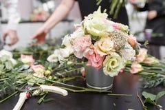 Мастерский класс на делать букеты весна иллюстрации букета предпосылки декоративная Учащ аранжировать цветка, делая красивые буке стоковое фото rf