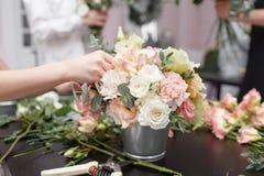 Мастерский класс на делать букеты для детей Букет весны в цветочном горшке ornamental металла Учить аранжировать цветка стоковая фотография
