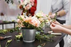 Мастерский класс на делать букеты для детей Букет весны в цветочном горшке ornamental металла Учить аранжировать цветка Стоковые Фотографии RF