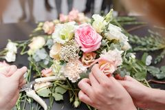 Мастерский класс на делать букеты для детей Букет весны в цветочном горшке ornamental металла Учить аранжировать цветка Стоковые Изображения
