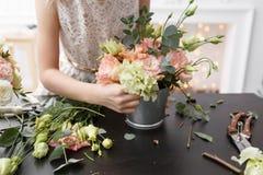 Мастерский класс на делать букеты для детей Букет весны в цветочном горшке ornamental металла Учить аранжировать цветка стоковые изображения rf