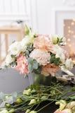 Мастерский класс на делать букеты для детей Букет весны в цветочном горшке ornamental металла Учить аранжировать цветка Стоковое Изображение