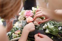 Мастерский класс на делать букеты для детей Букет весны в цветочном горшке ornamental металла Учить аранжировать цветка Стоковое Фото