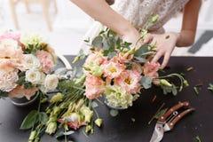 Мастерский класс на делать букеты для детей Букет весны в цветочном горшке ornamental металла Учить аранжировать цветка стоковое фото rf