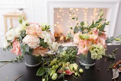 Мастерский класс на делать букеты для детей Букет весны в цветочном горшке ornamental металла Учить аранжировать цветка Стоковое Изображение RF