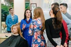 Мастерский класс парикмахерских услуг стоковая фотография