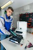 Мастерский профессионал refills патроны лазерного принтера в мастерской стоковая фотография rf