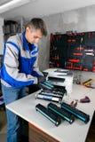 Мастерский профессионал refills патроны лазерного принтера в мастерской стоковое фото rf