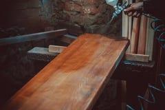 Мастерский художник в фабрике - промышленная древесина картины с оружием брызга Стоковая Фотография