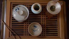 Мастерское лить вливание чая от чашки справедливости к шару чая Китайская церемония чая видеоматериал