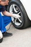 Мастерское обслуживание автомобиля, надувает колеса автомобиля Стоковые Изображения