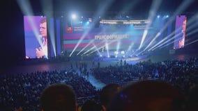 Мастеры церемонии появляясь на большие экраны сток-видео