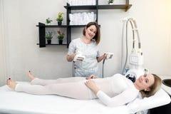 Мастер в салоне красоты делает массаж LPG стоковые фотографии rf