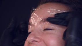 Мастер делает брови Слоение брови Девушка делает брови в салоне Красивая форма брови Профессиональное бегство брови акции видеоматериалы